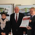 Minister Laumann mit Beschäftigten des Klinikums Leverkusen und Oberbügermeister Uwe Richrath bei der Übergabe des symbolischen Förderbescheids