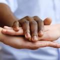 Foto: drei Hände liegen übereinander