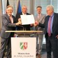 """Arbeitsminister Karl-Josef Laumann (2.v.l.) und die Spitzen von Nordrhein-Westfalens Handwerk und Industrie haben den """"Modernisierungspakt Berufliche Bildung"""" geschlossen."""