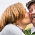 Seniorenpaar, die Frau küsst den Mann auf die Wange
