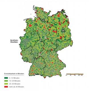 Grafik zeigt eine Deutschlandkarte aus der die Erreichbarkeit von Krankenhäusern im Sinne der Presseerklärung hervorgeht