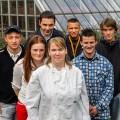 Foto: Eine Gruppe Jugendlicher vor einem Gewächshaus