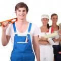 Foto zeigt 4 junge Menschen in Arbeitskleidung für unterschiedliche Berufe
