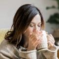 Frau trinkt einen Tee