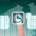 eine Hand tippt auf ein digitales Bild mit einem Rollstuhl-Symbol, im Hintergrund ein Umriss von Nordrhein-Westfalen und digitale Symbole