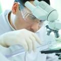 Wissenschaftler mit Schutzbrille hinter Teleskop