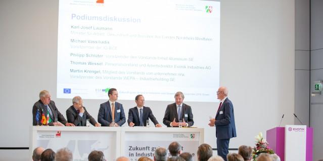 Podiumsdiskussion mit Minister Laumann (l.) und Vertretern von Industrie und Gewerkschaft
