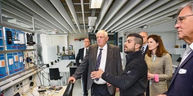 Auszubildender erläuter dem Minister die Programmierung von Smart-Home-Systemen