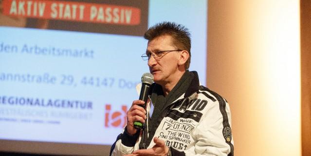 Foto: Mann hält eine Rede