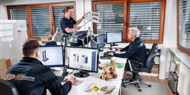 Ein Fachteam aus Innenarchitekten, Tischlern, Holztechnikern und Lackierern - hier bei der 3 D Planung