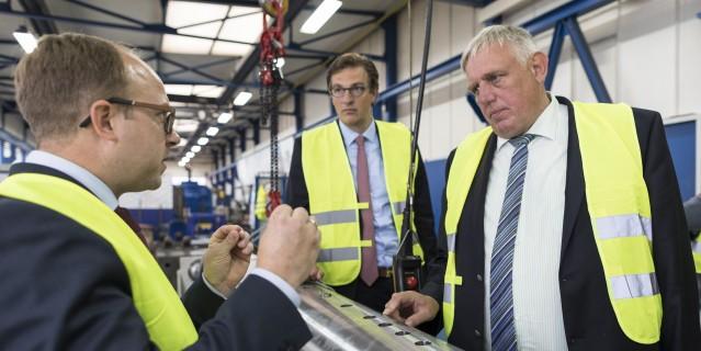Minister Laumann bei der Besichtigung der Firma Achenbach in Kreuztal