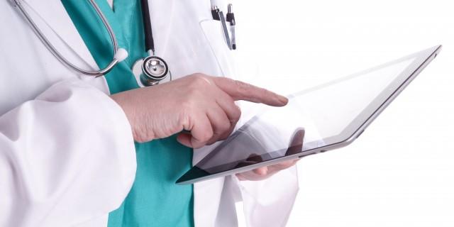 Ärztin bedient ein Tablet