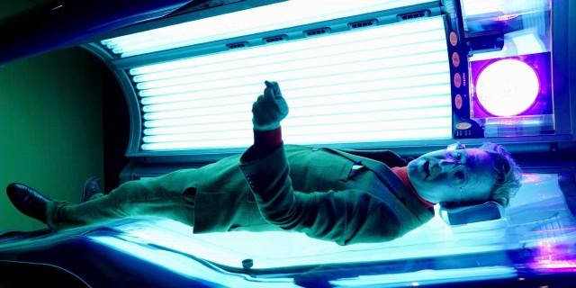 ESF erklärt mit Humor - Mann auf Sonnenbank