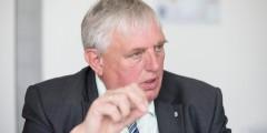 Minister Laumann im Interview. ImVordergrund ist seine Hand zu sehen. Daumen und Zeigefinger berühren sich.
