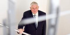 Der Minister für Arbeit, Gesundheit und Soziales des Landes Nordrhein- Westfalen, Karl Josef Laumann (CDU) steht am Dienstag (15.08.17) in Düssekdorf während eines Interviewtermins in einem Treppenhaus des Ministeriums.