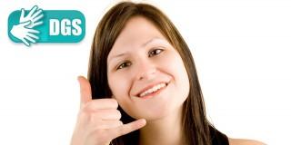 Foto zeigt Frau mit Gebärde für Telefonieren
