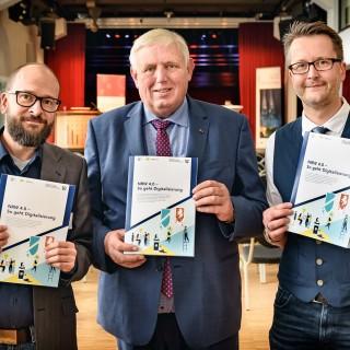 Minister Karl-Josef Laumann(mitte) mit Akteuren zeigen Broschüre zur Digitalisierung