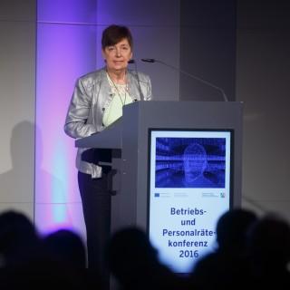 Foto: ver.di-Landeschefin hält eine Rede