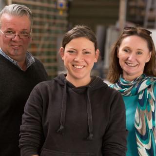 Teilzeitberufsausbildung in einer Krefelder Schreinerei, Chef, Auszubildende und TEP-Projektkoordinatorin