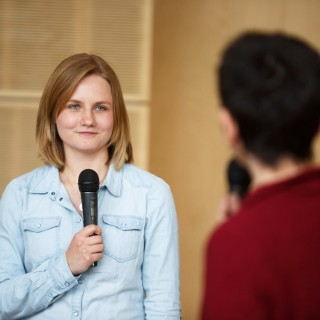 Foto: Auszubildende spricht in Mikrofon