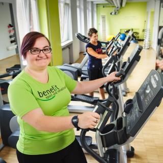 Foto: Junge Frau im Fitnessstudio