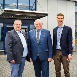 Minister Karl-Josef Laumann informierte sich bei den Unternehmen Werner Kocher GmbH & Co. KG und Kurt Berkowitz GmbH zum Stand des digitalen Wandels im Handwerk. Begrüßt wurde er von Thomas Kocher (Geschäftsführer, links) und Ferdinand Kocher (Prokurist, rechts).