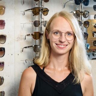 Junge Frau hat ihre Ausbildung zu Optikerin abgeschlossen