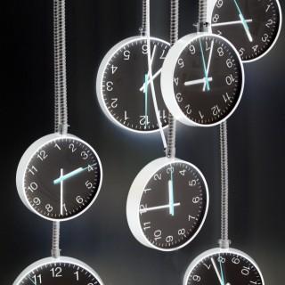 Foto zeigt mehrere Uhren, die von der Decke hängen