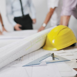 Tisch mit Arbeitsmitteln eines Bauplaners