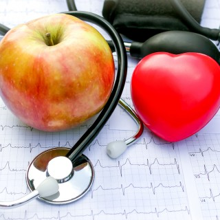 Foto zeigt Apfel, Herz und Stethoskop