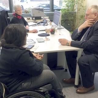 Im Bild: Arbeitsvermittlerin Cornelia Wallasch im Gespräch mit Minister Laumann und einer Klientin