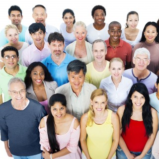 Foto: Große Gruppe von Menschen auf weißem Hintergrund