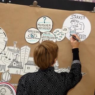 Zeichnerin dokumentiert eine Tagung über Weiterbildung mit grafischen Mitteln