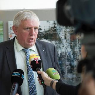 Foto zeigt Minister Laumann beim Fernsehinterview