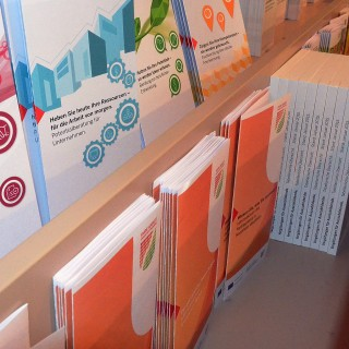 Foto zeigt Broschürenregal im Foyer des MAGS