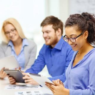 Junge Leute mit Tablet - Bildungsscheck