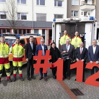Minister Laumann mit den Unterzeichnern einer gemeinsamen Absichtserklärung zum flächendeckenden Ausbau des Telenotarzt-Systemsin der Leitstelle der Berufsfeuerwehr der Landeshauptstadt Düsseldorf.