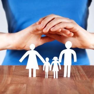 Foto: Scherenschnitt Familie mit zwei Kindern