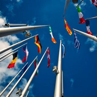 Fahnen von europäischen Ländern vor blauem Himmel