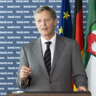 Staatssekretär Dr. Edmund Heller am Rednerpult
