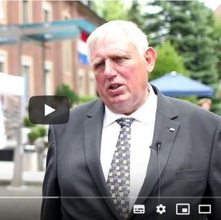 Vorschaubild des Youtube-Videos. Es zeigt Minster Laumann in Münster.