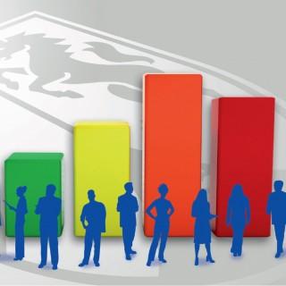 Schemen von Menschen stehen diskutierend vor einem Blockdiagramm