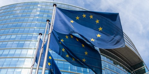 Drei Europa-Fahnen vor EU-Gebäude