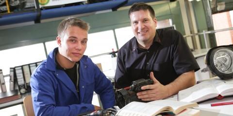 Verbundausbildung zum Mechatroniker, Foto: Ausbilder und Auszubildender