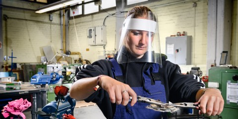 Jugendliche bei der Herstellung einer Metallrose