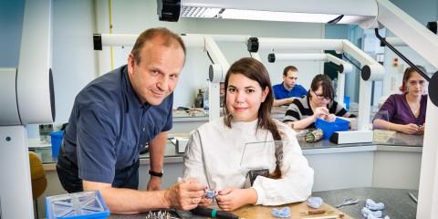 Foto: Ein Mann und eine Auszubildende bei der Zahnspangenherstellung