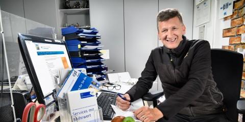 Ein Mann sitzt am Computertisch