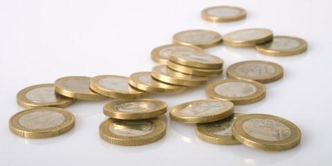 Geldmünzen auf einem Tisch