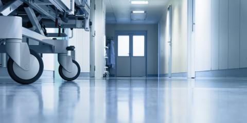 Krankenhausflur mit Krankenbett