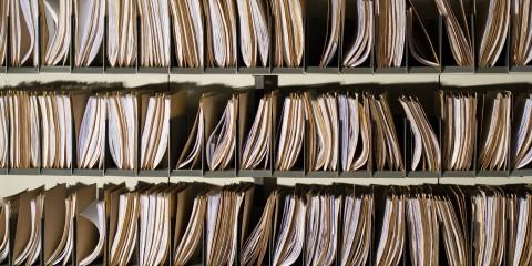 Foto zeigt ein Regal voller Akten